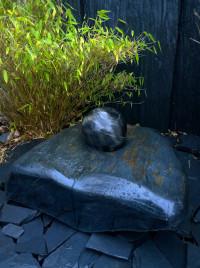 Schiefer Kissen Quellstein Brunnen mit drehender Marmorkugel 18cm