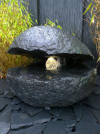 Basalt Auster Quellstein mit drehender Glaskugel