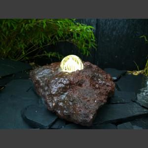 Lava Quellstein mit drehender Glaskugel