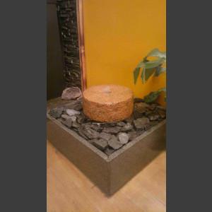 Zimmerbrunnen roter Granit-Mühlstein in 4eckigem Granitbecken