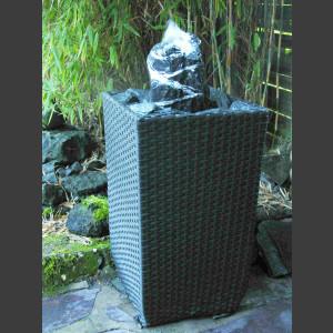 Terassenbrunnen Quellstein Set schwarz-weißer Marmor im Flechtkorb