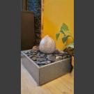 Zimmerbrunnen Findling grauer Granit in 4eckigem Granitbecken