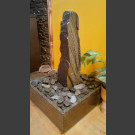 Zimmerbrunnen Schiefer Monolith grauschwarz in 4eckigem Granitbecken