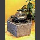Zimmerbrunnen grau-schwarzer Findling in Granitbecken