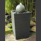 Terassenbrunnen graue Granitkugel im Flechtkorb