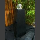 Quellstein Schiefer Monolith schwarz mit drehender Glaskugel 10cm