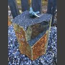 Bronze Figur Singvogel Flügel offen auf Basaltsäule