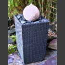 Fontaine pour la terrasse Boule en granite rouge dans panier