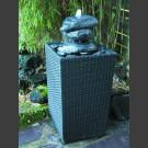 Fontaine pour la terrasse cairn en bloc erratique dans panier