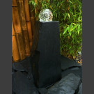 Bronsteen Monoliet van grijs zwart leisteen met roterende glas bal 10cm