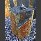 Bronzefigur zangvogel zittend op Basalt Column
